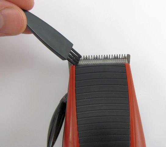Výrobce doporučuje čištění čepelí pouze dodávaným štětečkem